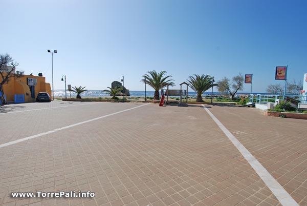 Piazzetta torre  pali sulla spiaggia